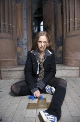Ein mobiles 1-Frau-Theaterstück für Schulen zum Thema Holochaust